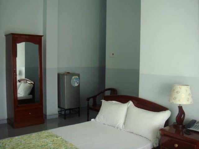 Phòng nghỉ khá đơn giản ở khách sạn (Ảnh ST)
