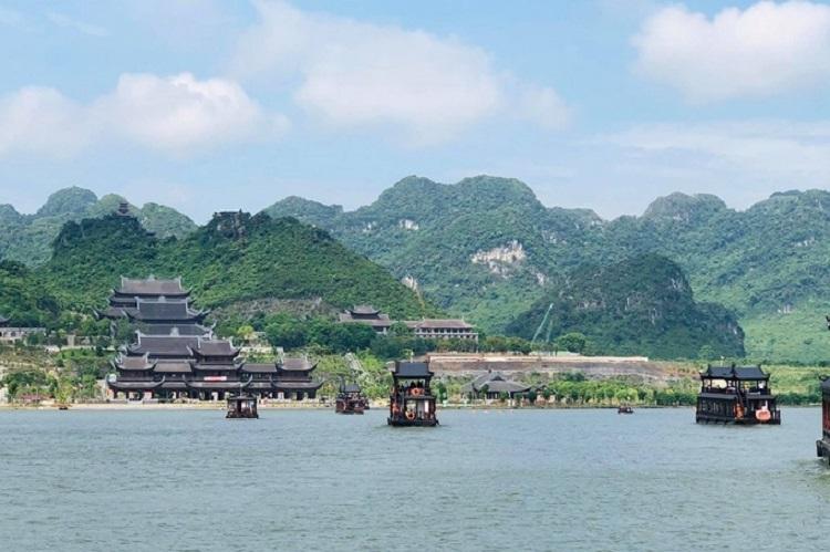 Du ngoạn trên hồ chùa Tam Chúc