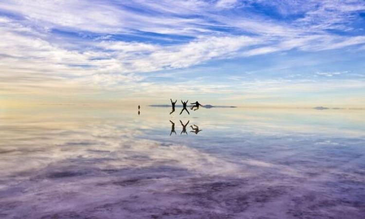 Sa mạc muối Salar Uyuni ở Bolivia